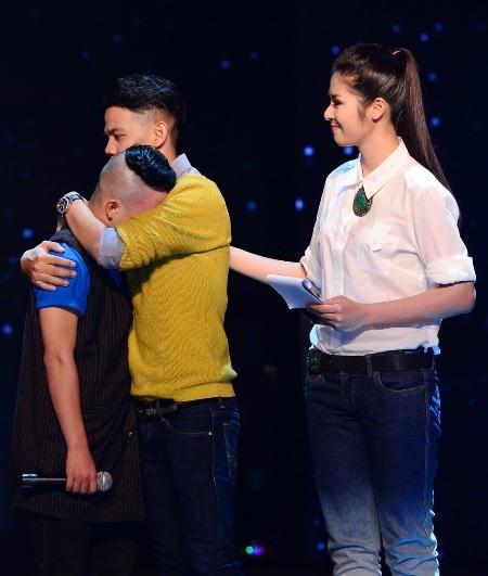 Hoa hậu Ngọc Hân luôn hỗ trợ các thí sinh đúng lúc