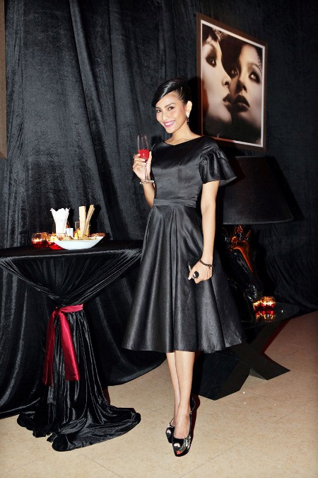 Với chiếc váy đen bóng nổi bật...