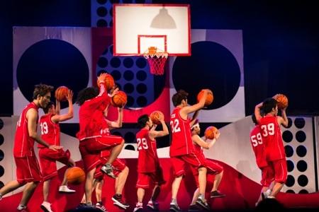 Cảnh chơi bóng rổ thú vị trên sân khấu