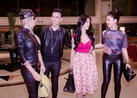 Amely đến Việt Nam theo lời mời của Lý Quý Khánh và cô bạn Meo Meo
