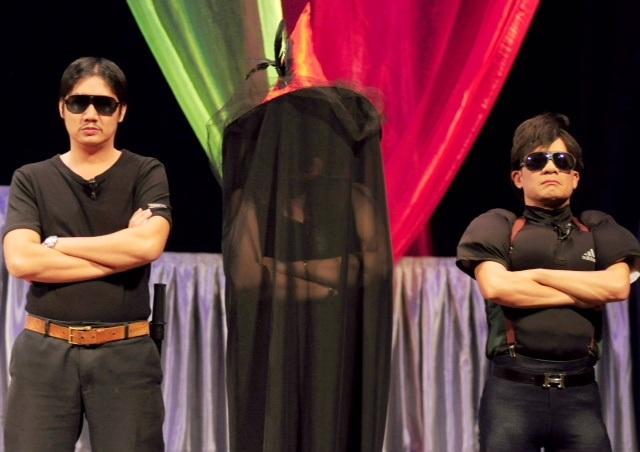 NSND Hồng Vân và Minh Nhí (bìa phải) tung hứng trong