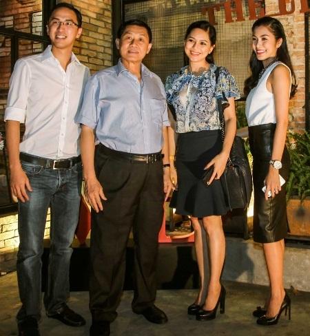 Tăng Thanh Hà cùng bố mẹ chồng và ông xã