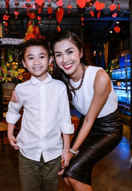 Tăng Thanh Hà chụp ảnh cùng con trai của Kim Hiền