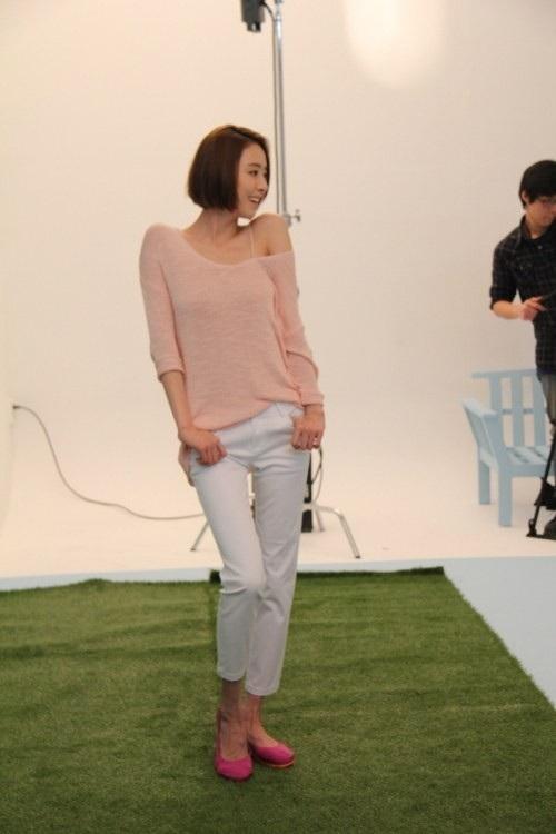 Mặc thời tiết giá lạnh, Lee Da Hee vẫn làm việc chuyên nghiệp