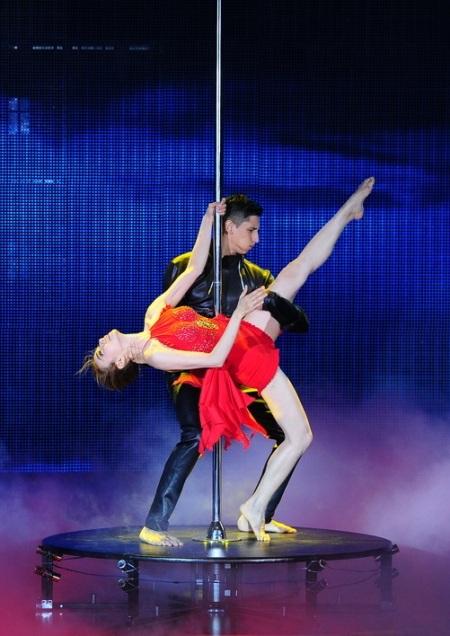 Màn khiêu vũ kết hợp múa cột bốc lửa của Ngân Khánh