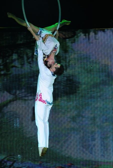 Ốc Thanh Vân và bạn nhảy khiêu vũ trên không