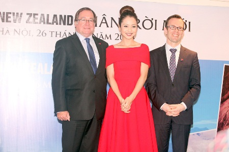 Jennifer xuất hiện rạng rỡ cùngđại sứ New Zealand trong buổi lễ