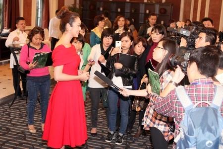 Jennifer Phạm nhận được sự quan tâm của báo chí vào tối qua