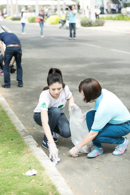 Ngọc Hân cùng các tình nguyện viên tham gia nhặt rác