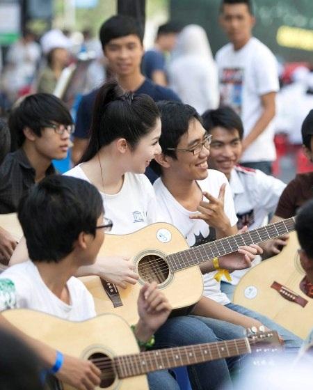 Lần đầu tiên hoa hậu đã hát cùng với rất nhiều người.
