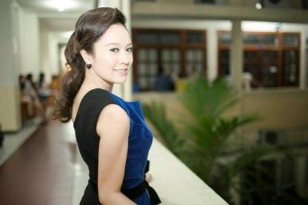 Thanh Thúy xuất hiện rạng rỡ tại trường Đại học Kinh tế TPHCM