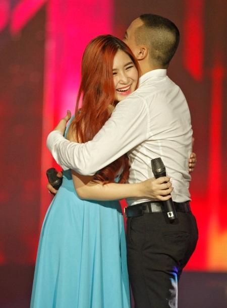Cả hai cùng thể hiện tình cảm thân thiết trên sân khấu