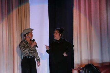 NSND Hồng Vân tung hứng trên sân khấu cùng các nghệ sỹ
