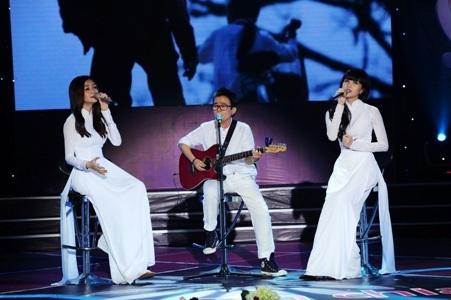 Nhạc sỹ Phương Uyên đệm đàn cho 2 cô nàng Bee.T hát