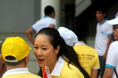 Hoa hậu Ngô Phương Lan trò chuyện cùng một vị cao tuổi tham gia chương trình