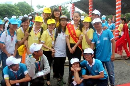 Cô nhận được sự yêu mến của các bạn trẻ tham gia chương trình