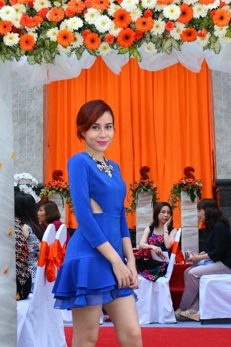 Nữ huấn luyện viên xinh đẹp trong chiếc váy xanh nổi bật