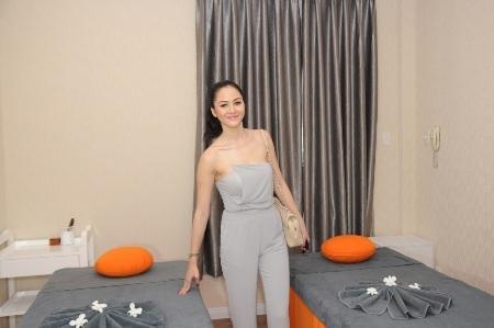 Cô tham quan tiệm spa của Lưu Hương Giang