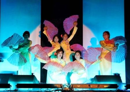 Tiết mục múa đậm chất Việt được dành tặng cho khán giả kiều bào
