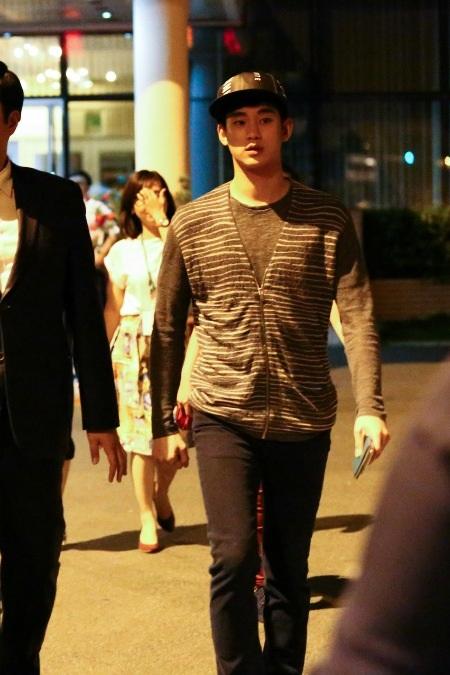 Kim Soo Hyun tại sân bay Tân Sơn Nhất vào rạng sáng ngày 22/4