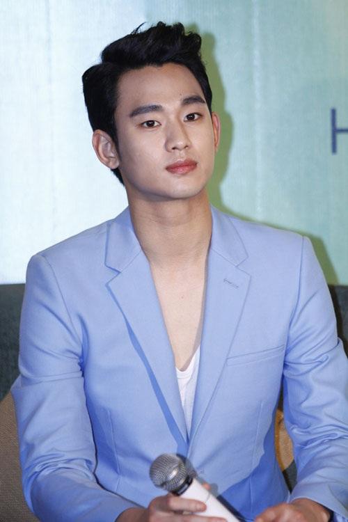 Gương mặt không cười của Kim Soo Hyun trong 2 sự kiện sáng và chiều ngày 22/4 ở TPHCM