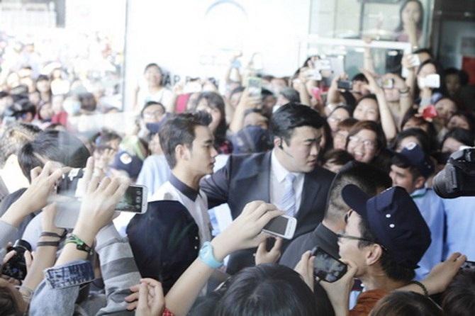 Kim Soo Hyun trong vòng vây của fans Việt