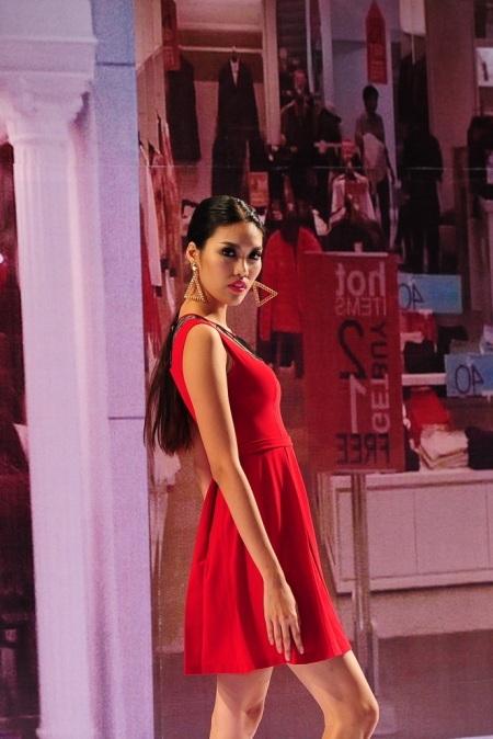 Siêu mẫu Lan Khuê biến hóa với nhiều trang phục trên sàn catwalk