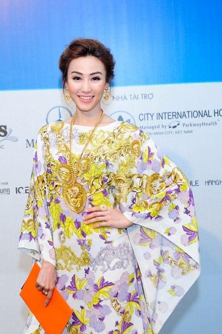 Một chiếc váy Versaace khác mà Ngân Khánh mặc khi tham dự show diễn của Đỗ Mạnh Cường