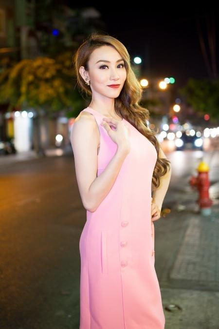 Ngân Khánh xuất hiện thanh lịch với chiếc váy hồng