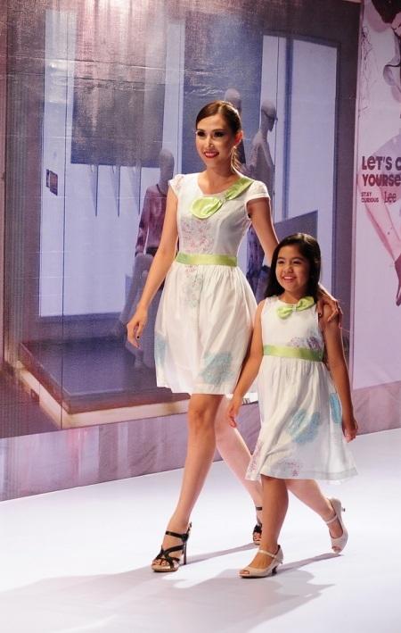 Các mẫu nhí tự tin sải bước cùng các người mẫu lớn tuổi với trang phục tone sur tone