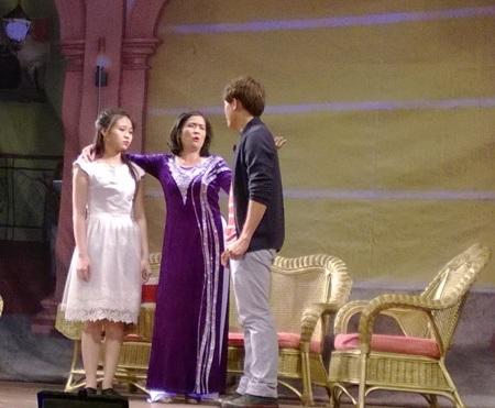 Hòa Hiệp (phải) vừa đảm nhận vai trò diễn viên, vừa phụ trách đạo diễn cho vở kịch