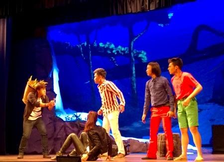 Vở kịch còn là không gian cho dàn diễn viên trẻ của sân khấu Hồng Vân thử thách mình
