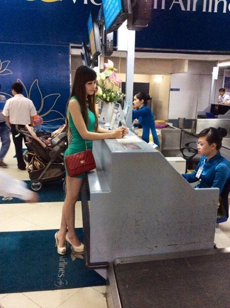 Triệu Thị Hà làm thủ tục sáng nay tại sân bay để ra Hà Nội giải trình với cục Nghệ thuật biểu diễn