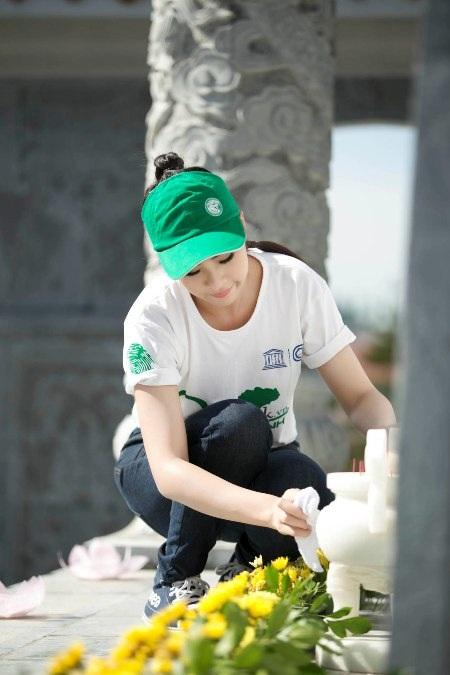 Cô cùng các tình nguyện viên quét dọn, thắp hương tại Nghĩa trang liệt sỹ