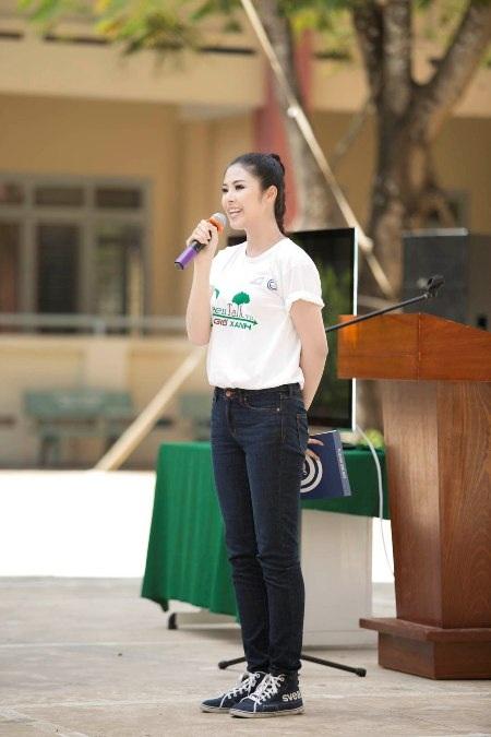 Cô tuyên truyền về ý nghĩa của việc bảo vệ môi trường và trực tiếp trồng cây