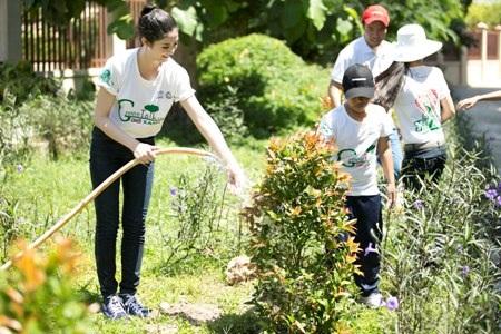 Hoa hậu say sưa cùng với các em học sinh tham gia trồng cây
