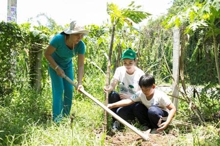 Tiếp đó, Ngọc Hân đạp xe mang cây trồng đến nhà người dân tuyên truyền trồng cây
