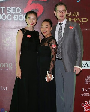 Vợ chồng Đoan Trang chụp ảnh cùng Ngô Thanh Vân