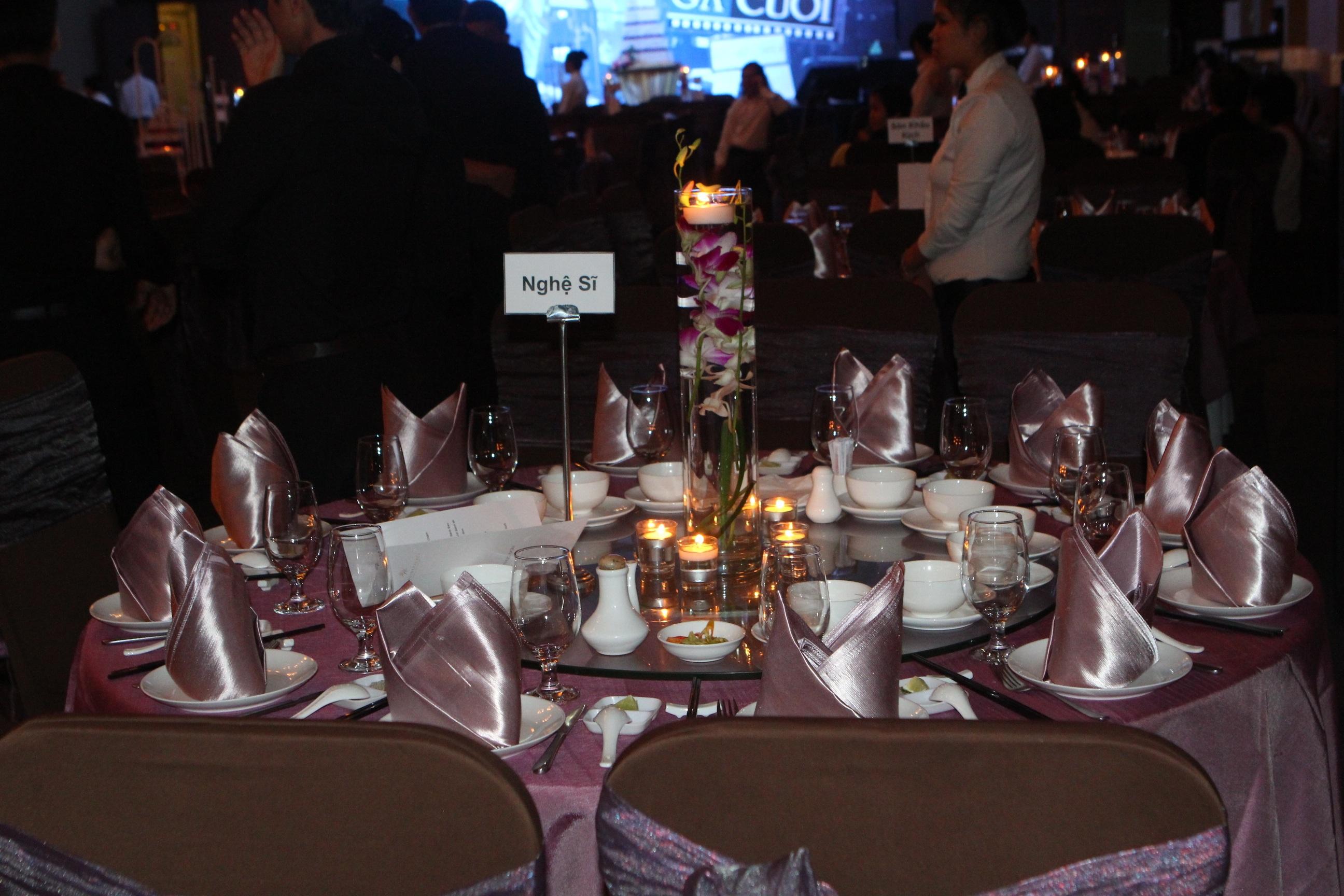Bàn tiệc dành cho các khách mời là nghệ sỹ cũng được trang trí rất bắt mắt.