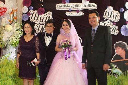 NSƯT Kim Xuân và NSƯT Hữu Châu chụp ảnh cùng cô dâu chú rể