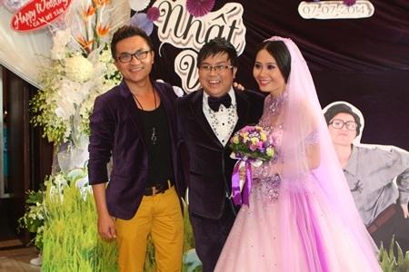 Diễn viên hài Đại Nghĩa vui vẻ chúc mừng đàn em của mình.