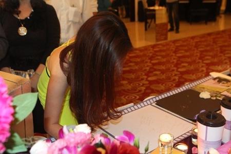Ca sỹ Đinh Hương nổi bật với trang phục màu vàng đến dự tiệc cưới.