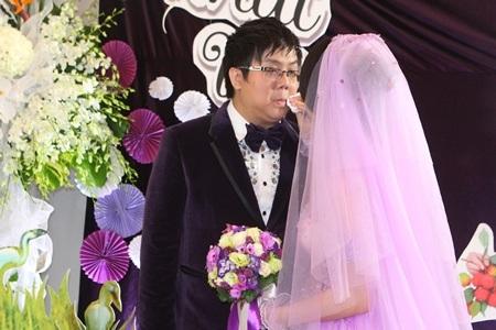 Cô dâu nhẹ nhàng lấy khăn lau mồ hôi cho tân lang của mình.
