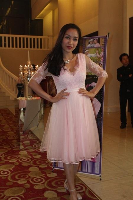 Nữ diễn viên Ốc Thanh Vân giản dị trong chiếc váy ngắn đến chúc mừng Gia Bảo.
