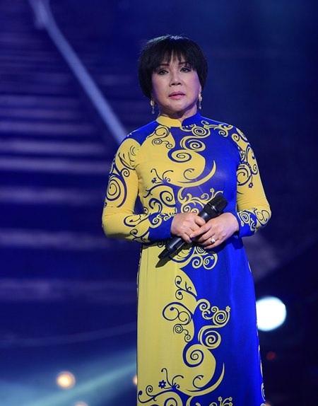 Nữ danh ca thay rất nhiều bộ áo dài trong đêm nhạc đặc biệt dành riêng cho mình.