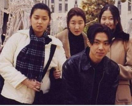 Gương mặt bầu bĩnh của Park Shi Yeon thời trung học (áo trắng)