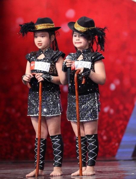 Hai cô bé Châu Anh - Mỹ Linh gây ấn tượng khi nhảy với gậy