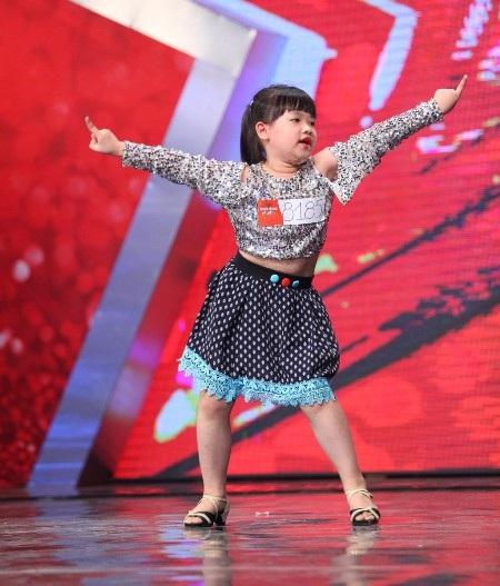 Cô bé Khánh Hường nhảy với bài diễn tự biên đạo