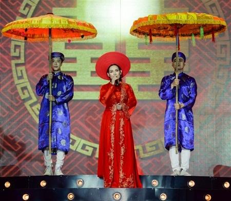 Ca khúc Năm mười bảy tuổi được Phi Nhung biểu diễn với bộ áo dài đầu tiên trong đêm.
