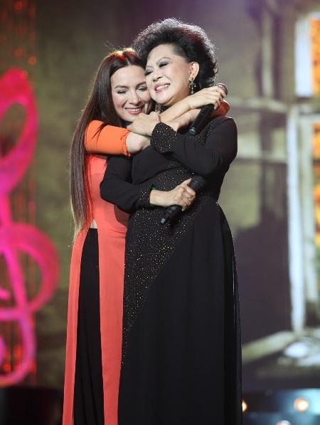 Phi Nhung xúc động hòa giọng cùng mẹ nuôi Giao Linh trong ca khúc Con gái của mẹ
